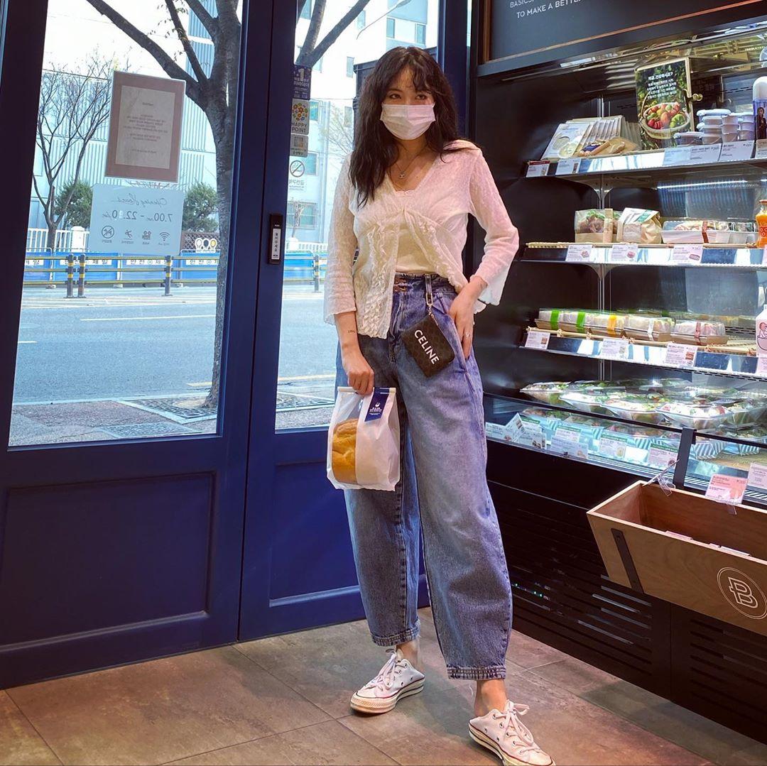 Hyuna mặc quần mom jeans cùng áo sơ mi trắng