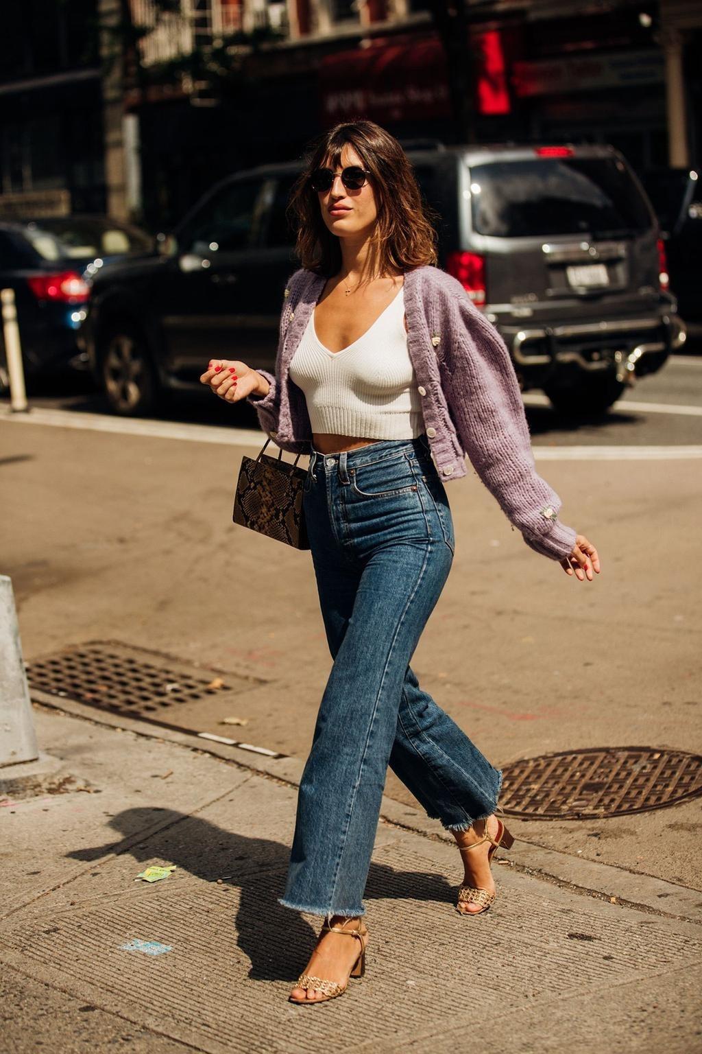 Fashionista Jeanne Damas mặc quần jeans, áo khoác len tím