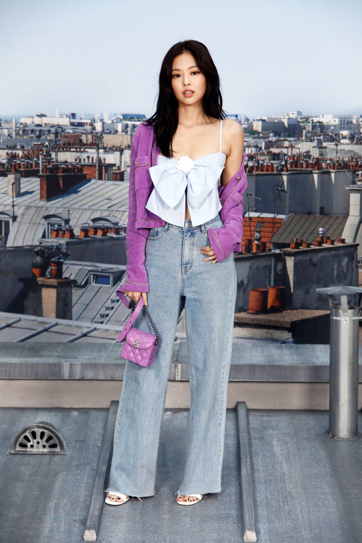 Jennie dự show Chanel mặc quần jeans ống đứng, áo crop-top và áo khoác tím