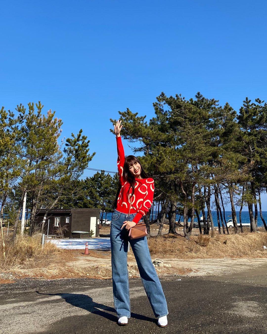 Joy mặc áo đỏ in họa tiết và quần jeans ống đứng
