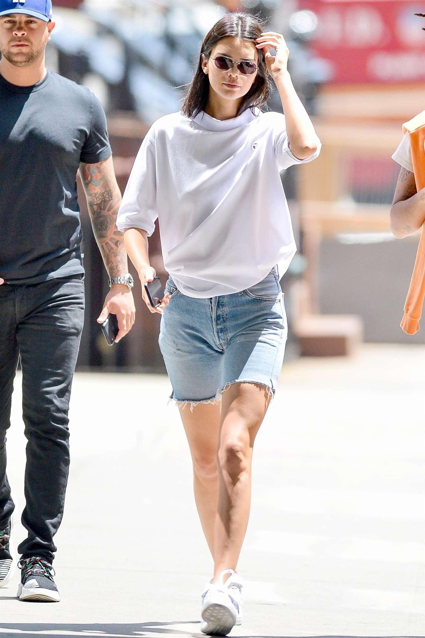 Kendall Jenner mặc áo thun rắng, quần jeans bermuda