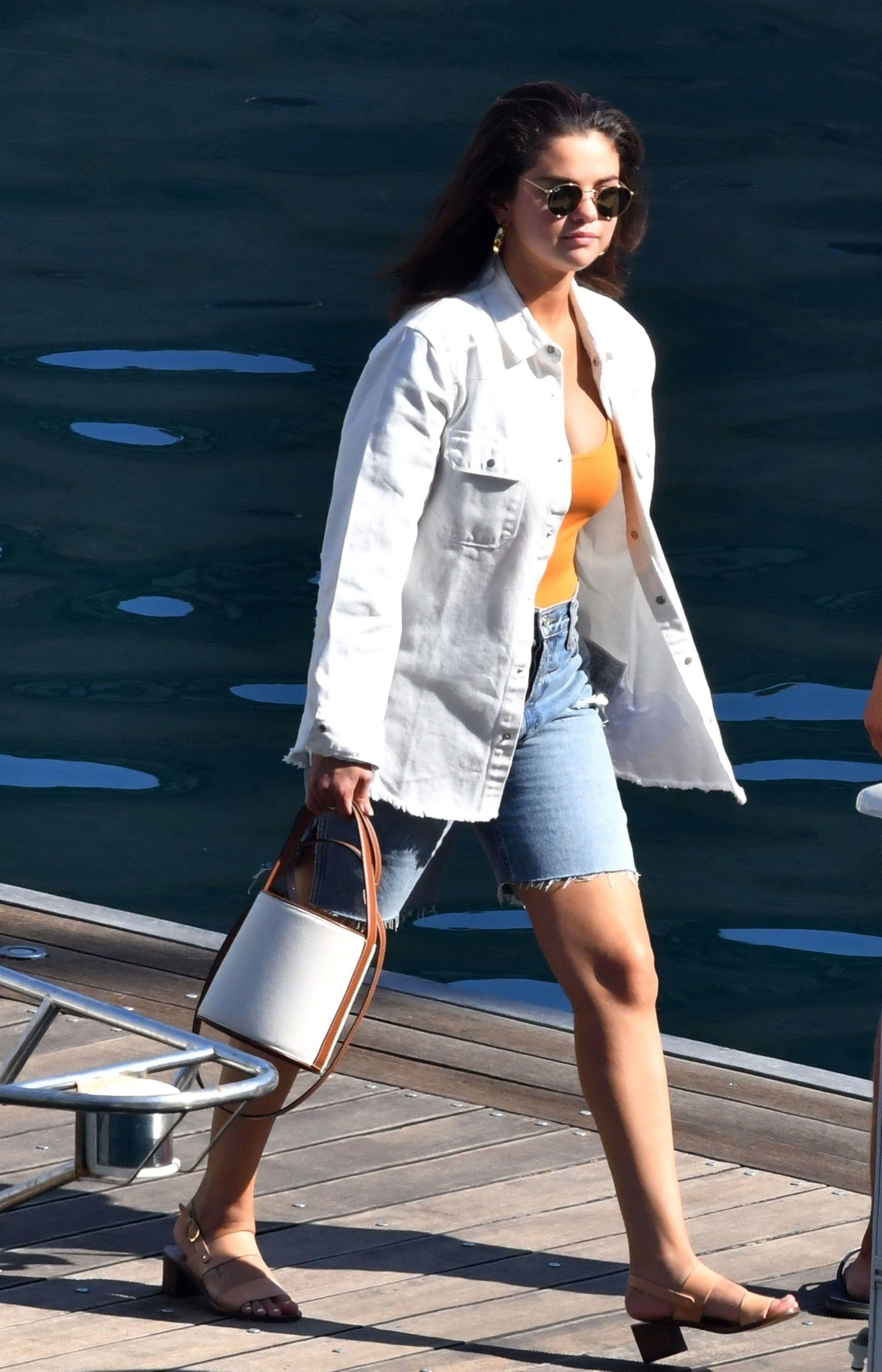 Selena Gomez mặc quần jeans bermuda