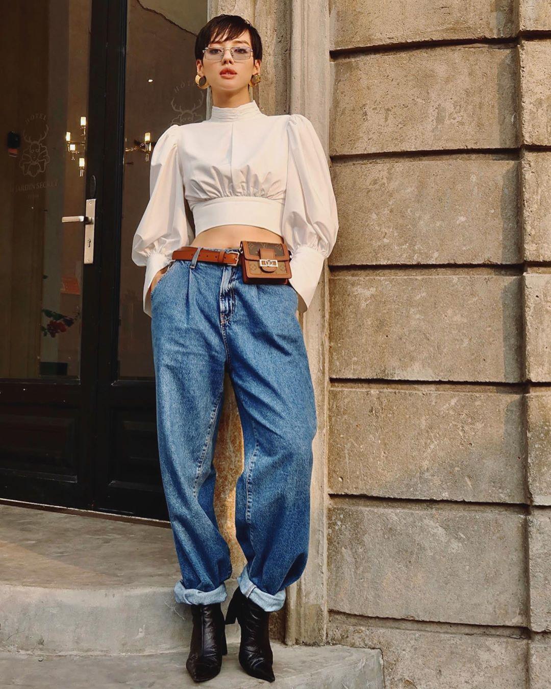 Khánh Linh mặc áo tay phồng và quần jeans boyfriend