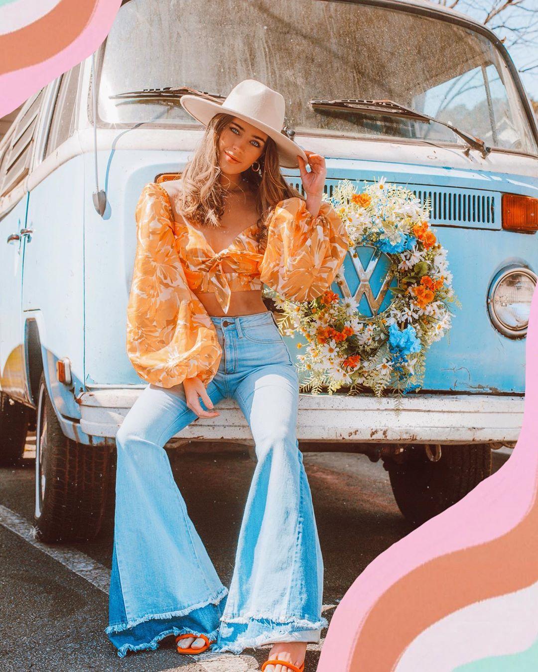 Cô gái mặc quần jeans ống loe, áo tay phồng in hoa