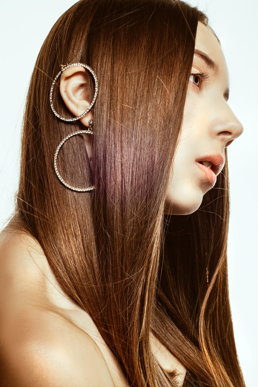 Mỹ phẩm dưỡng da-Cô gái đeo khuyên tai tròn.