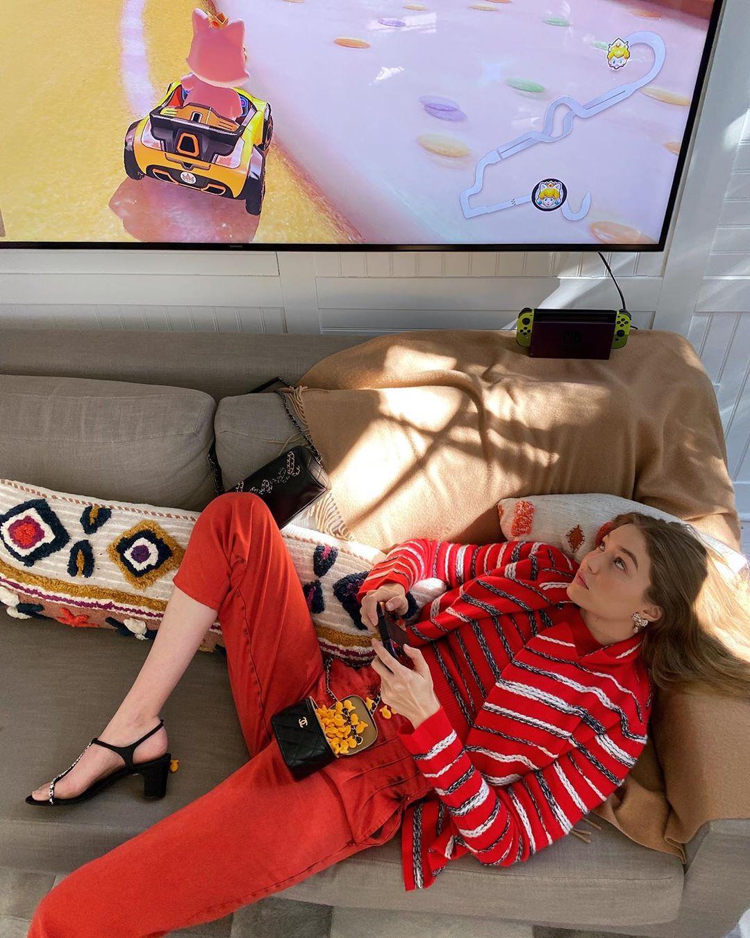 gigi hadid chụo ảnh tạp chí tại nhà trang phục chanel chơi trò chơi điện tử