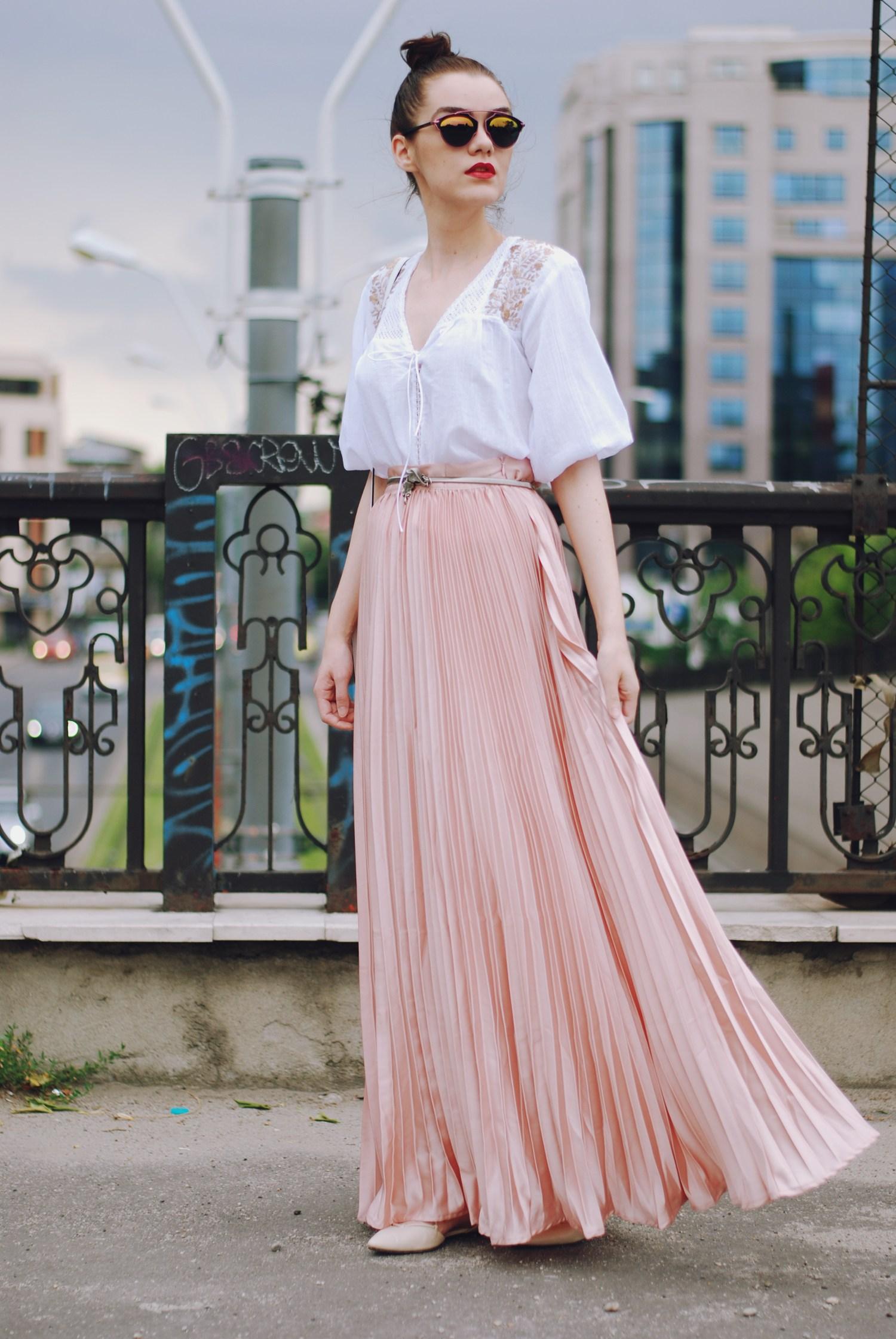 thời trang công sở áo ren trắng đầm maxi xếp li hồng