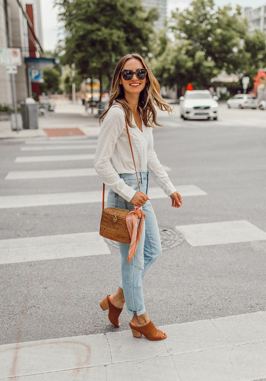 thời trang công sở áo ren trắng túi cói giày mule