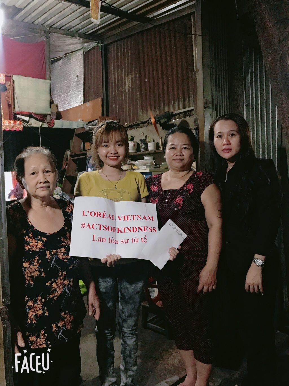 L'Oréal-Nhóm bốn người cầm bảng khẩu hiệu.