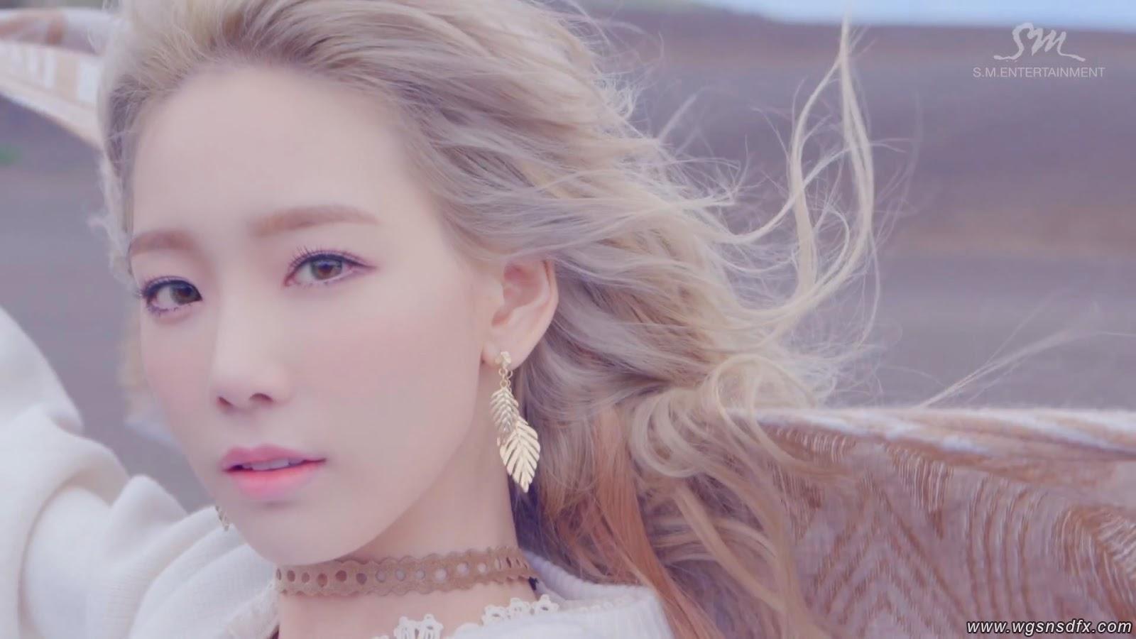 Ca sĩ Taeyeon đeo hoa tai và choker phong cách boho