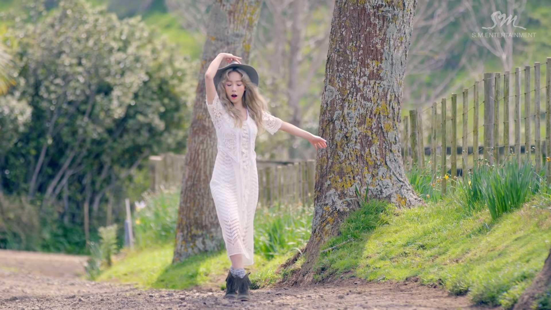 Ca sĩ Taeyeon mặc đầm trắng, đội nón trong MV I