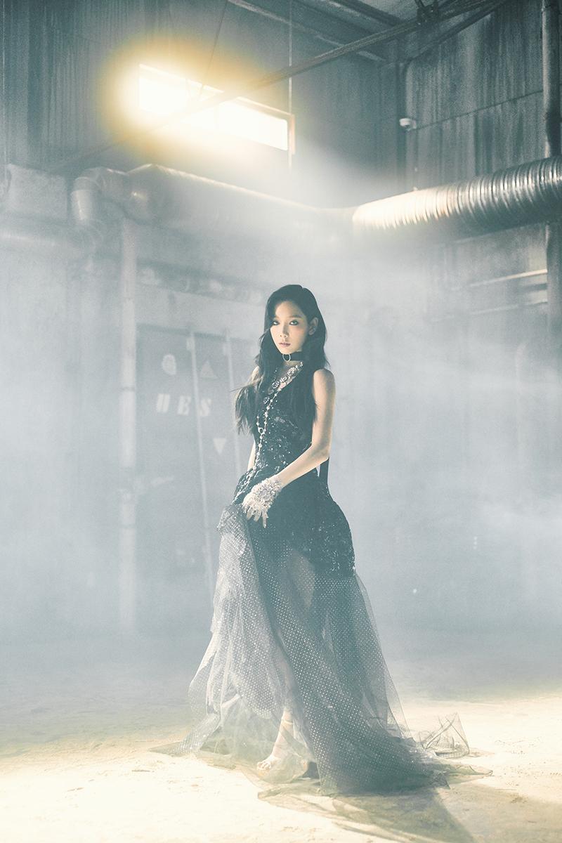 Ca sĩ Taeyeon mặc đầm dạ hội màu đen trong MV I Got Love