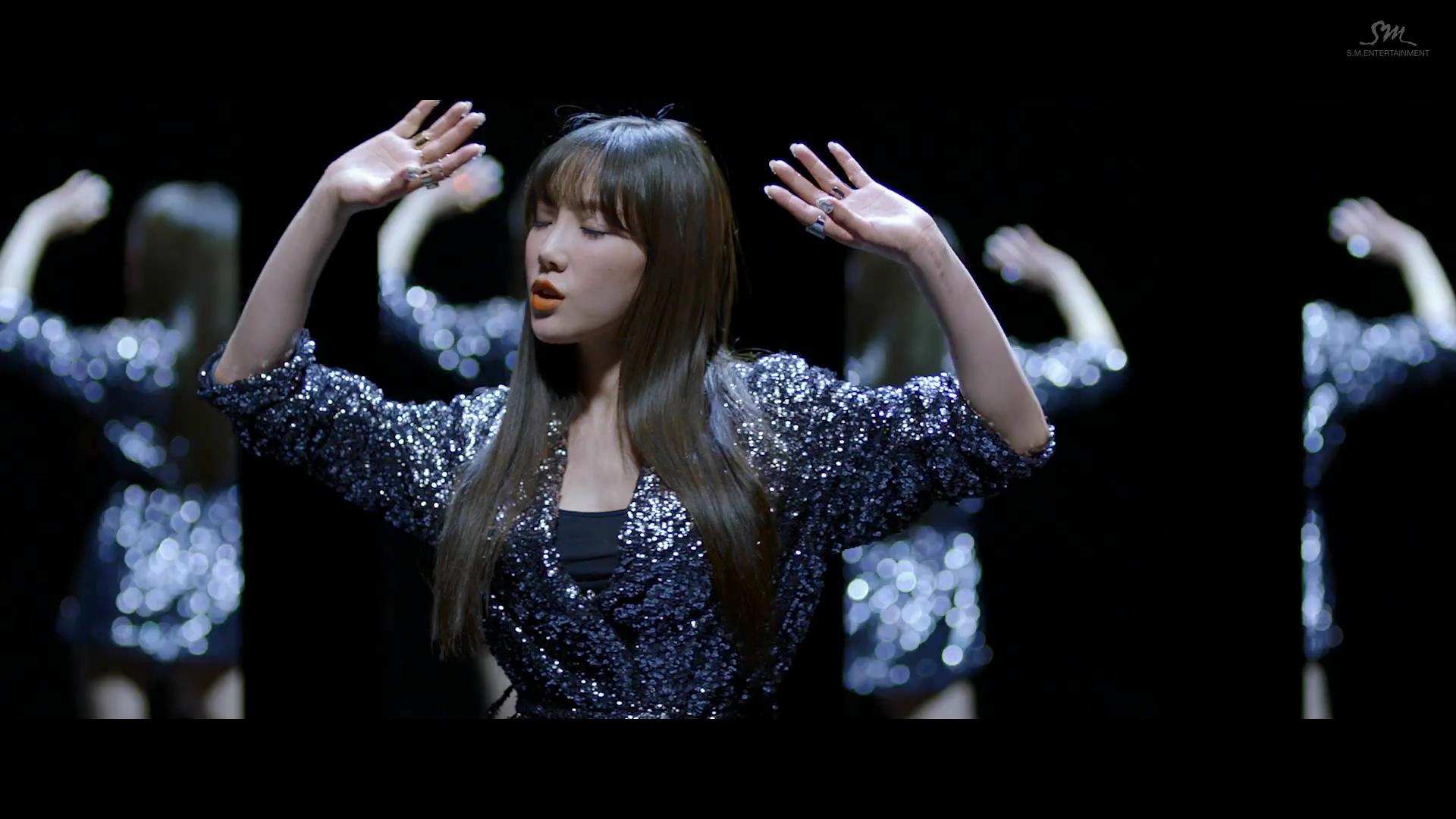 Ca sĩ Taeyeon mặc áo sequin trong MV I Got Love