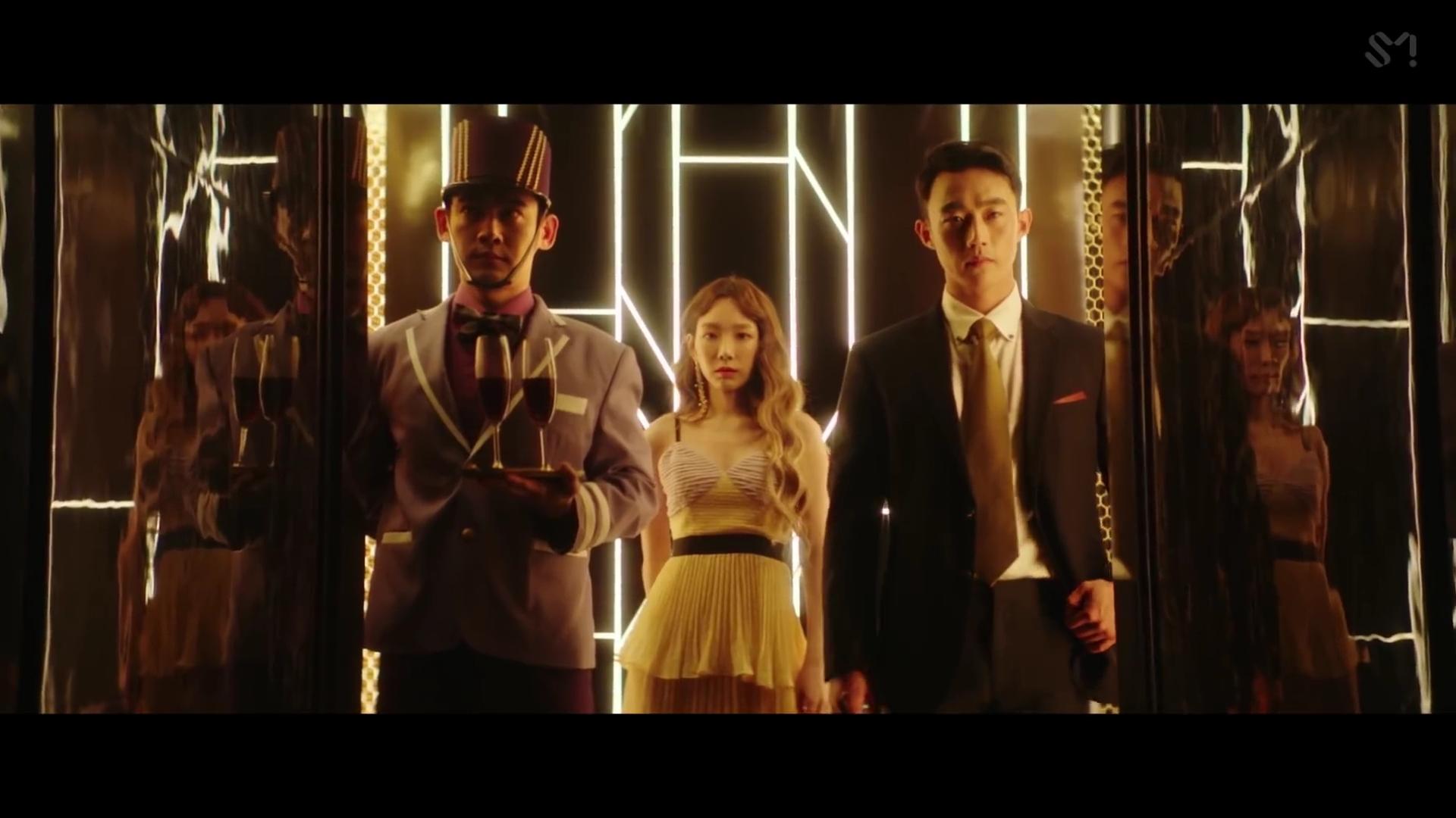 Ca sĩ Taeyeon mặc đầm xếp ly trong MV Something New