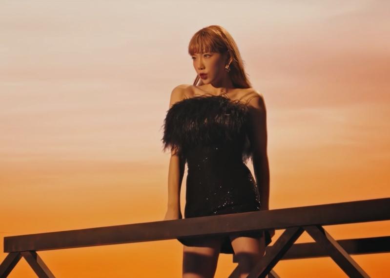 Ca sĩ Taeyeon mặc đầm lông vũ màu đen
