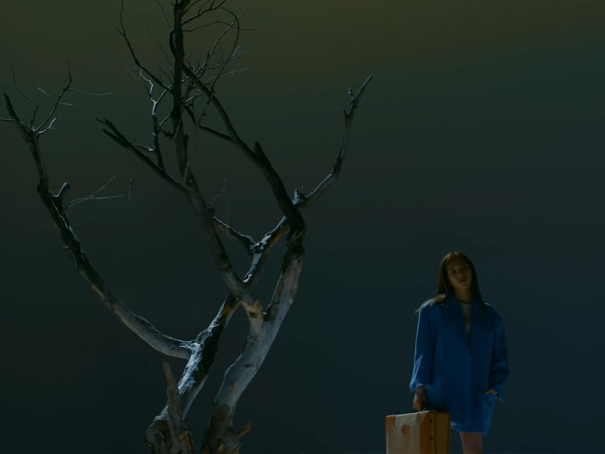 Ca sĩ Taeyeon mặc áo khoác màu xanh dương trong MV Four Seasons
