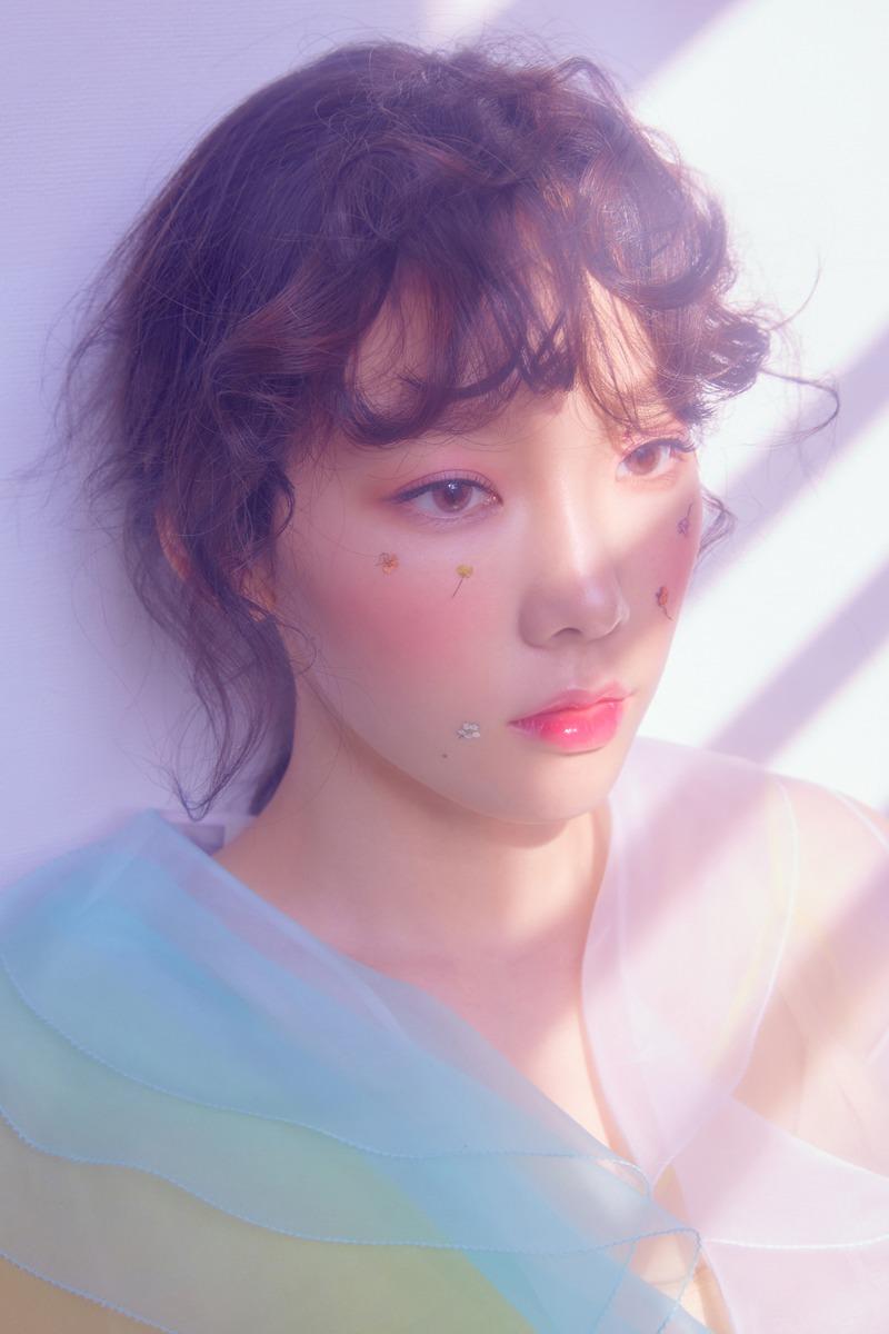 Taeyeon đính hoa lên mặt trong MV Make Me Love You