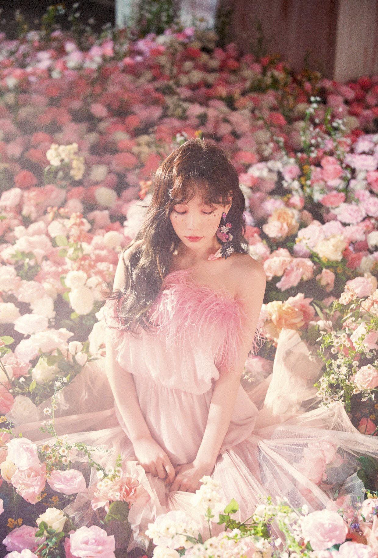 Ca sĩ Taeyeon mặc đầm hồng ngồi giữa vườn hoa trong MV Make Me Love You