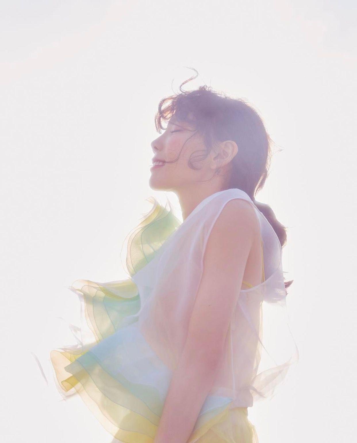 Ca sĩ Taeyeon mặc đầm voan pastel trong MV Make Me Love You