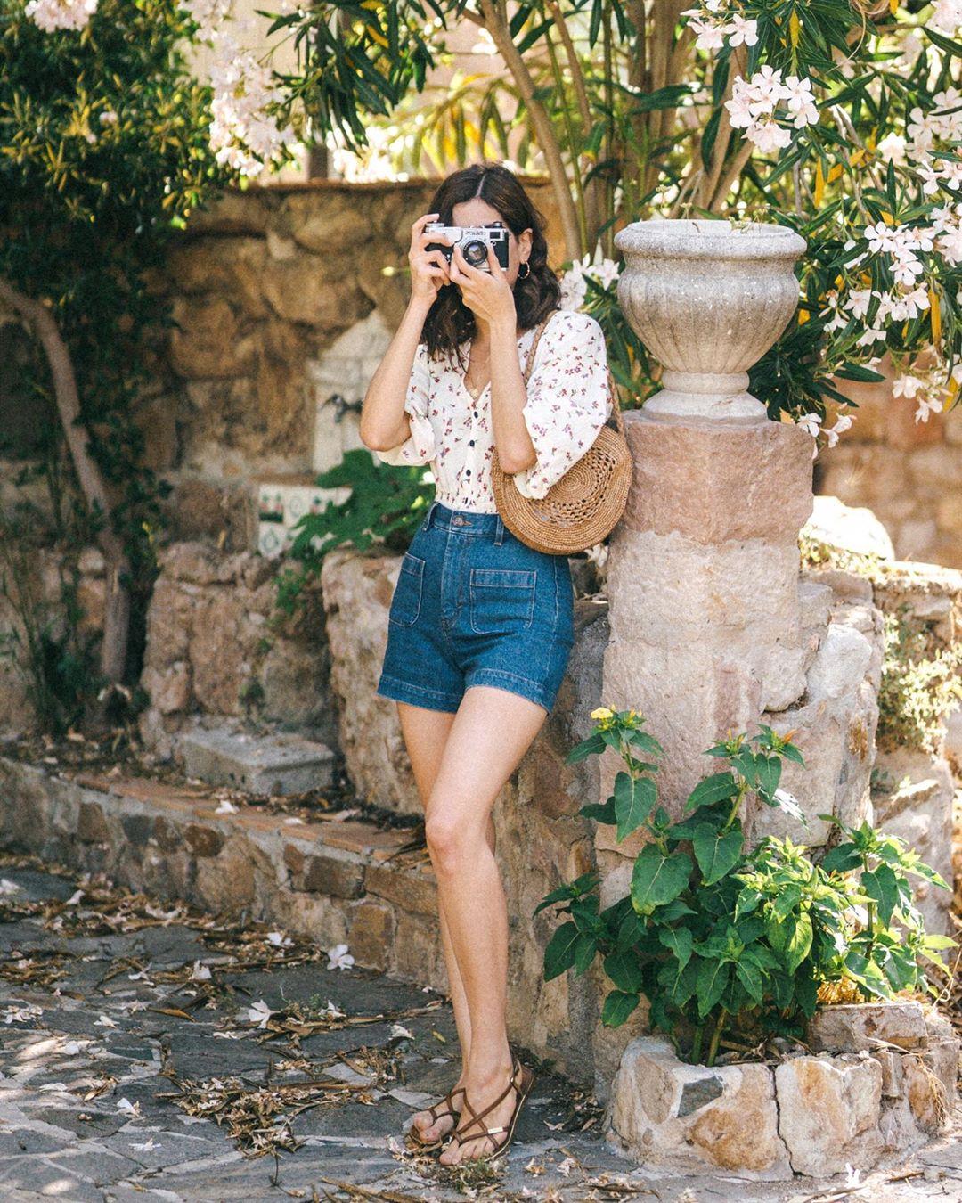 giày sandals xỏ ngón quần shorts denim túi cói áo hoa mùa hè