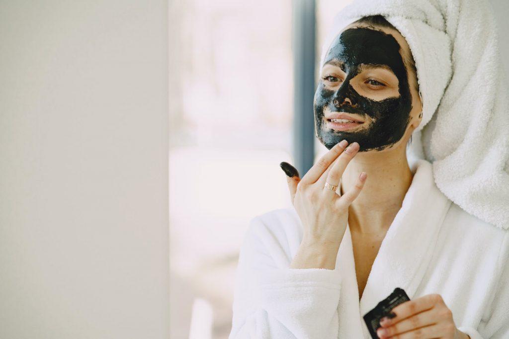Mỹ phẩm dưỡng da-Cô gái đắp mặt nạ.