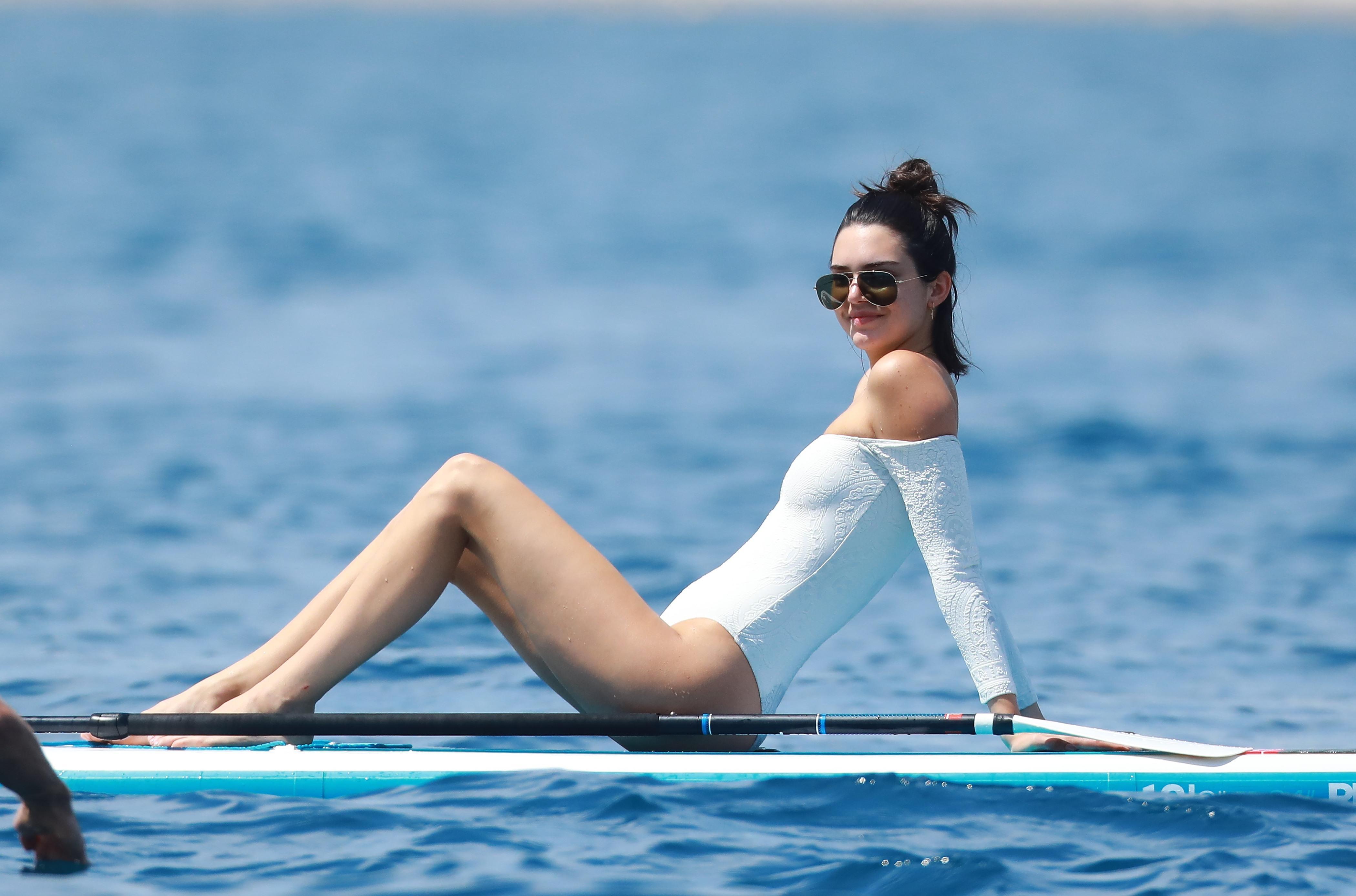 đồ bơi nữ tay dài áo trễ vai trắng lướt ván kendall jenner