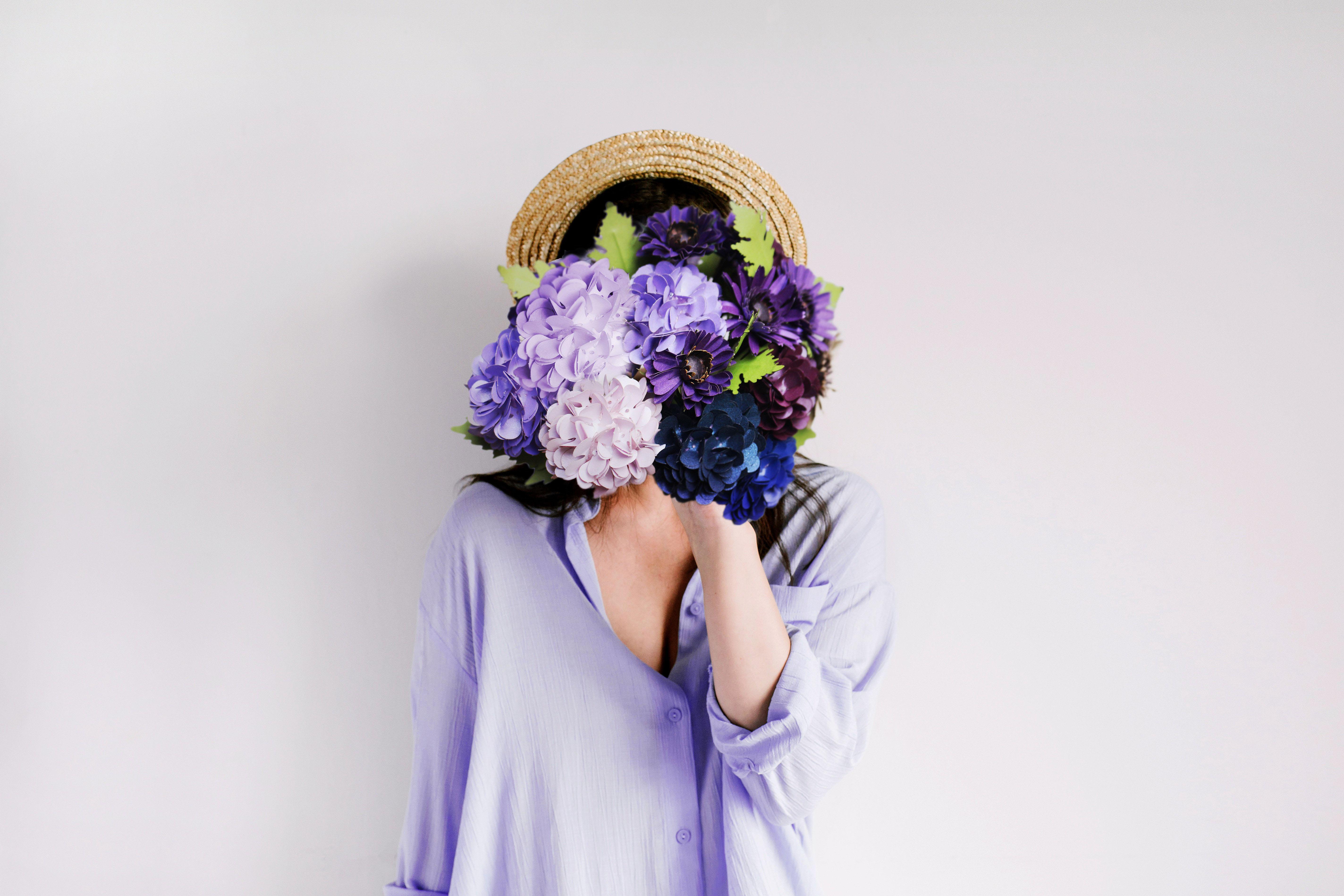 trí tuệ cảm xúc cô gái cầm hoa che mặt