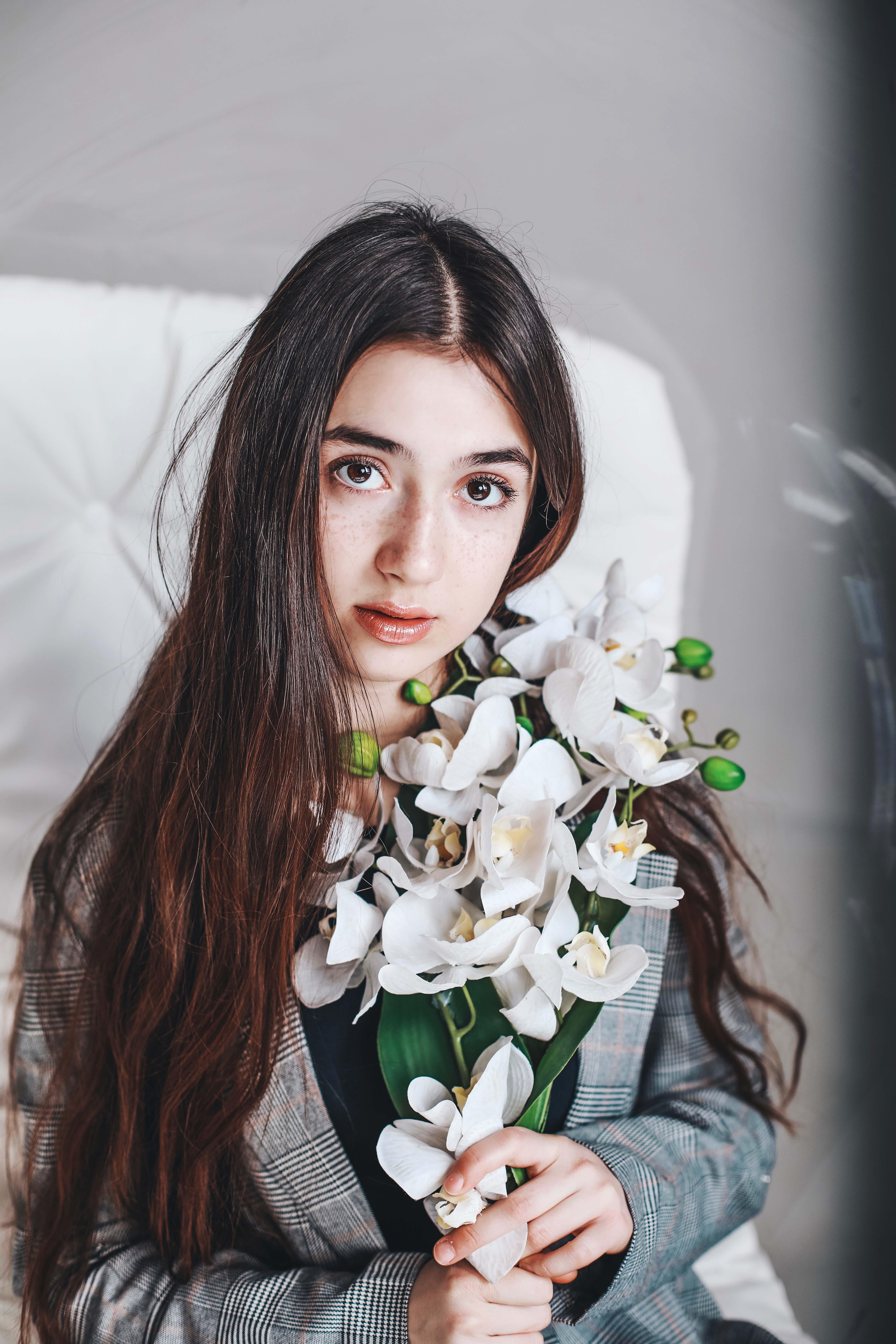 cô gái cầm hoa phong lan