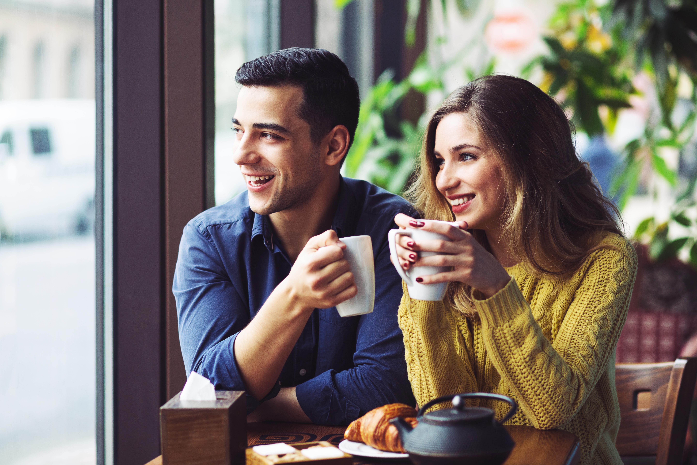 cặp đôi uống cà phê Bắc Âu hạnh phúc