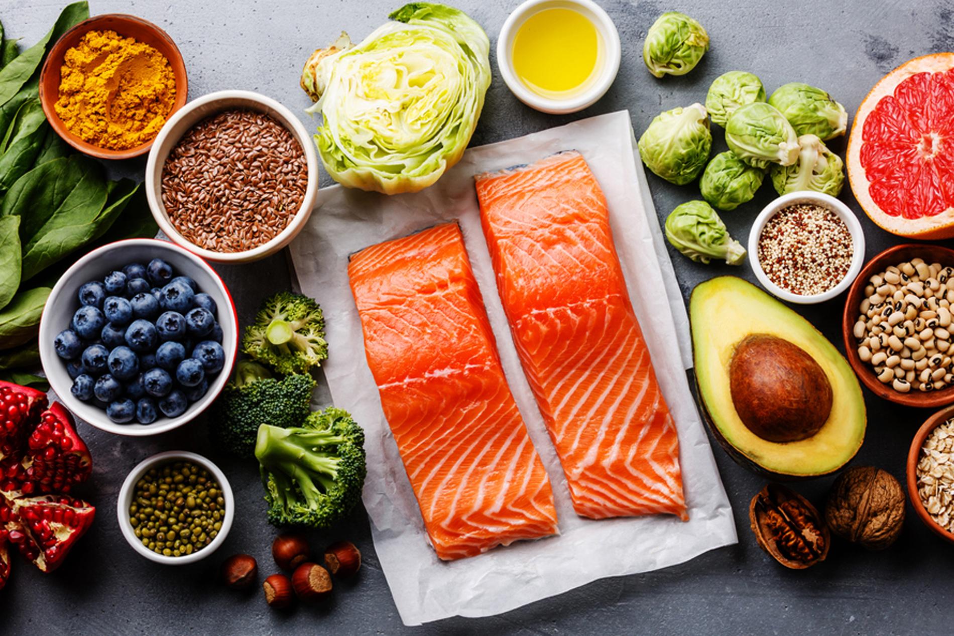 cá, trái cây, rau củ tươi là khẩu phần ăn của quốc gia hạnh phúc