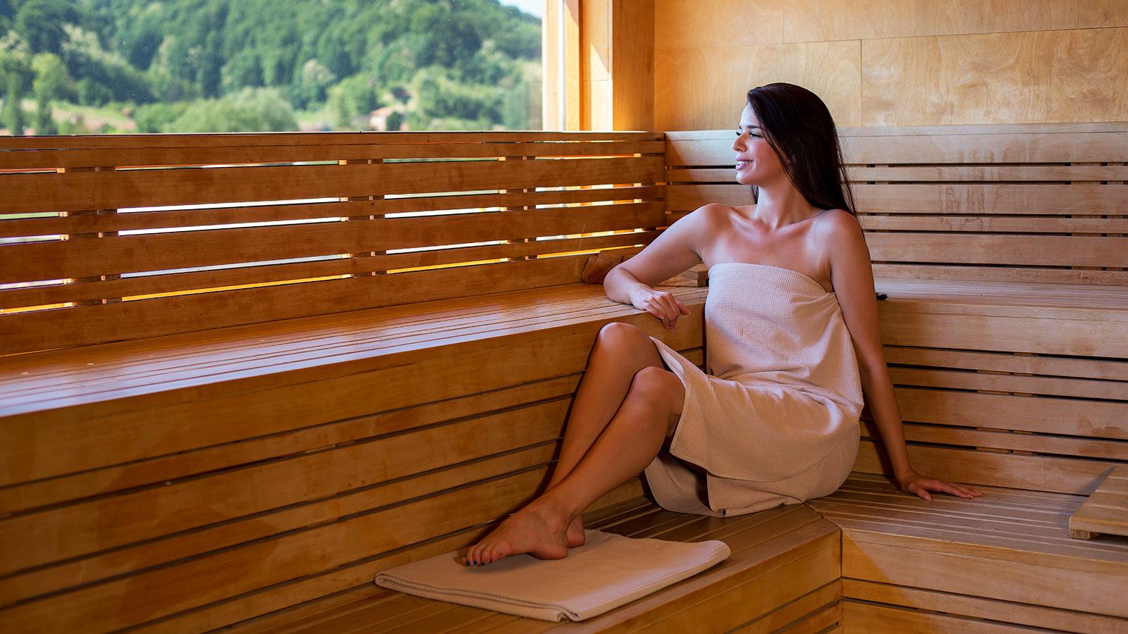 cô gái tắm hơi Bắc Âu hạnh phúc
