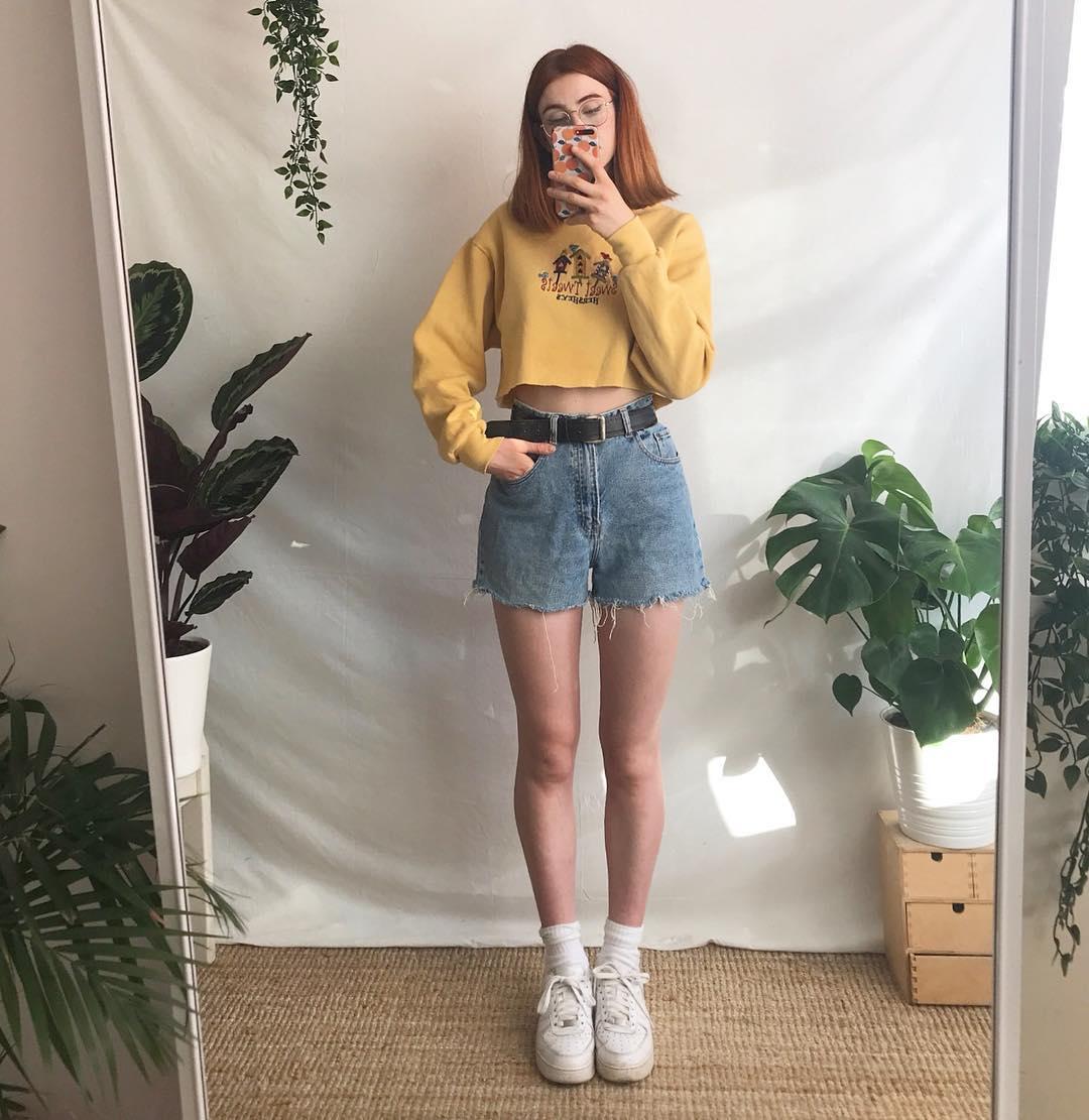 quần shorts cạp cao denim thắt lưng da crop top vàng