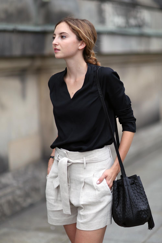quần short nữ chất liệu linen màu be áo sơmi đen