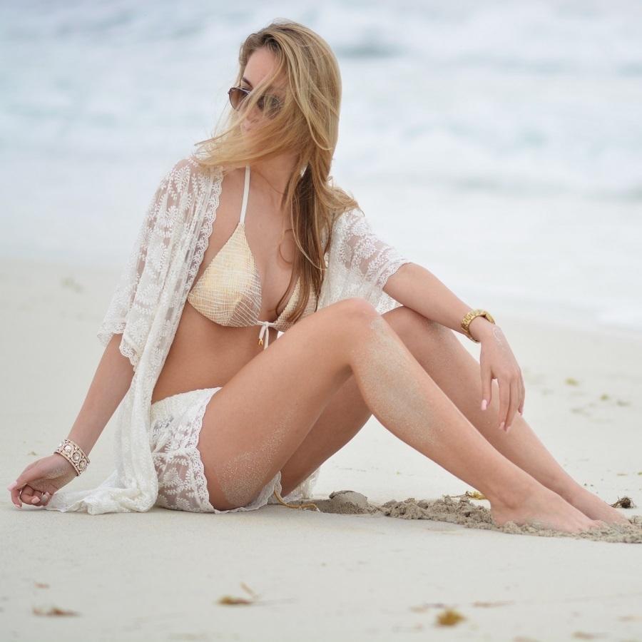 quần shorts nữ chất liệu ren trắng mặc cùng bikini hai mảnh