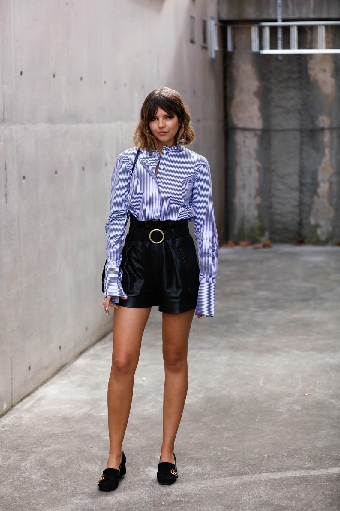 quần shorts nữ chất liệu da màu đen thắt lưng đen áo sơmi xanh kẻ sọc