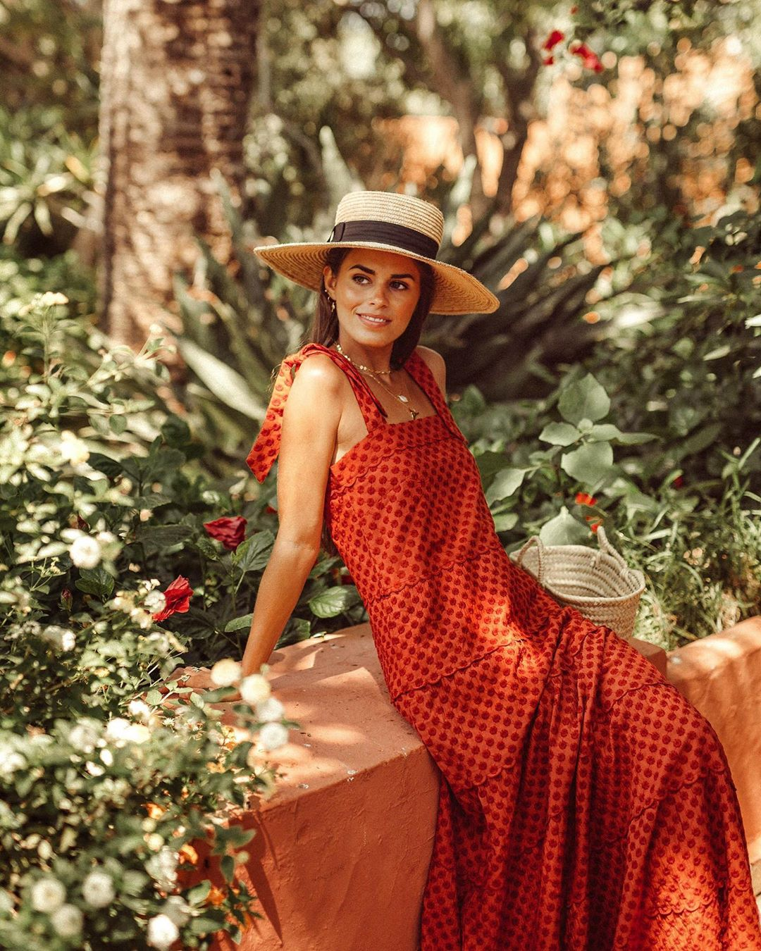 Fashionista diện đầm đỏ họa tiết và mũ cói cho mùa Hè