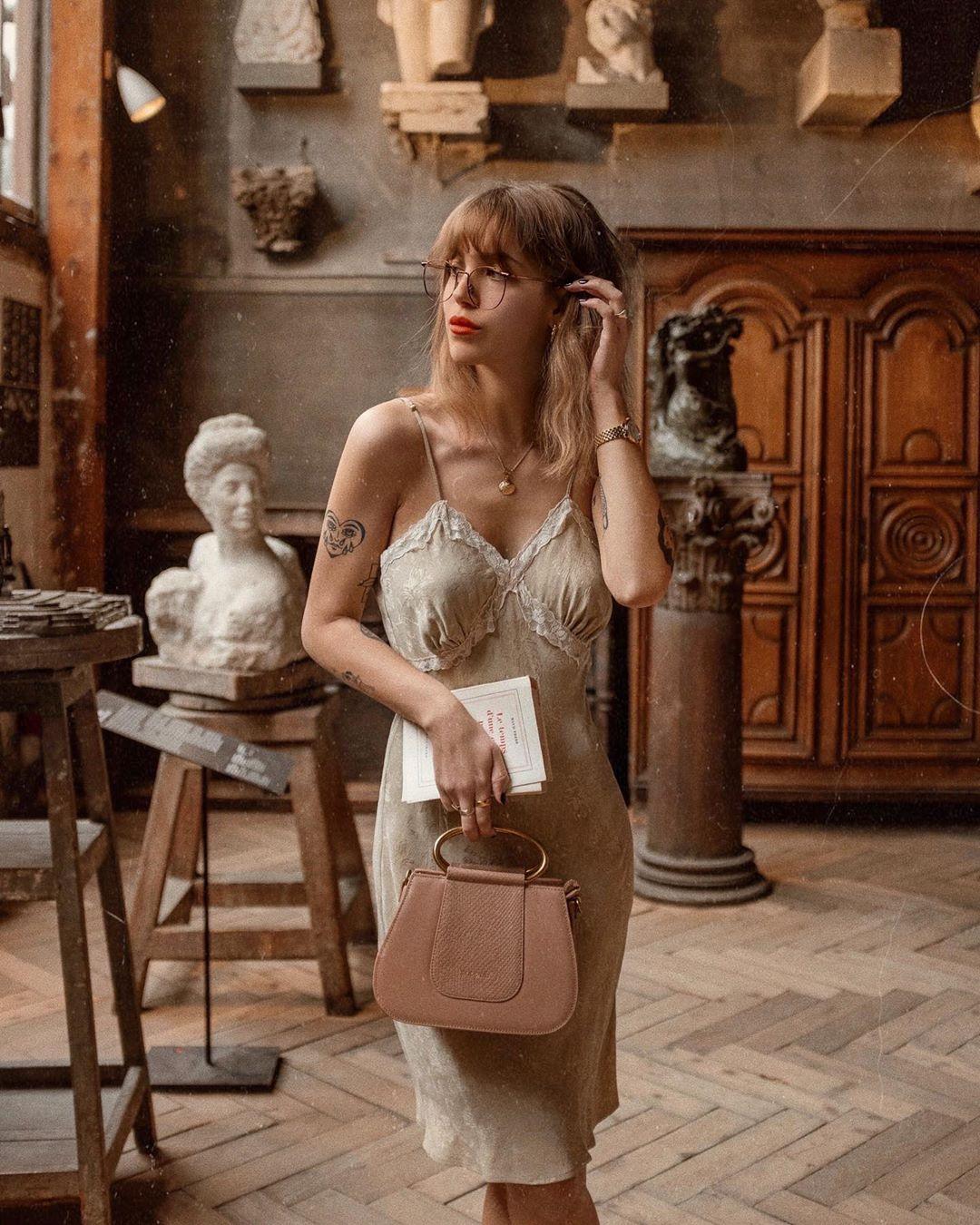 đầm slip dress túi xách màu be trang sức vàng
