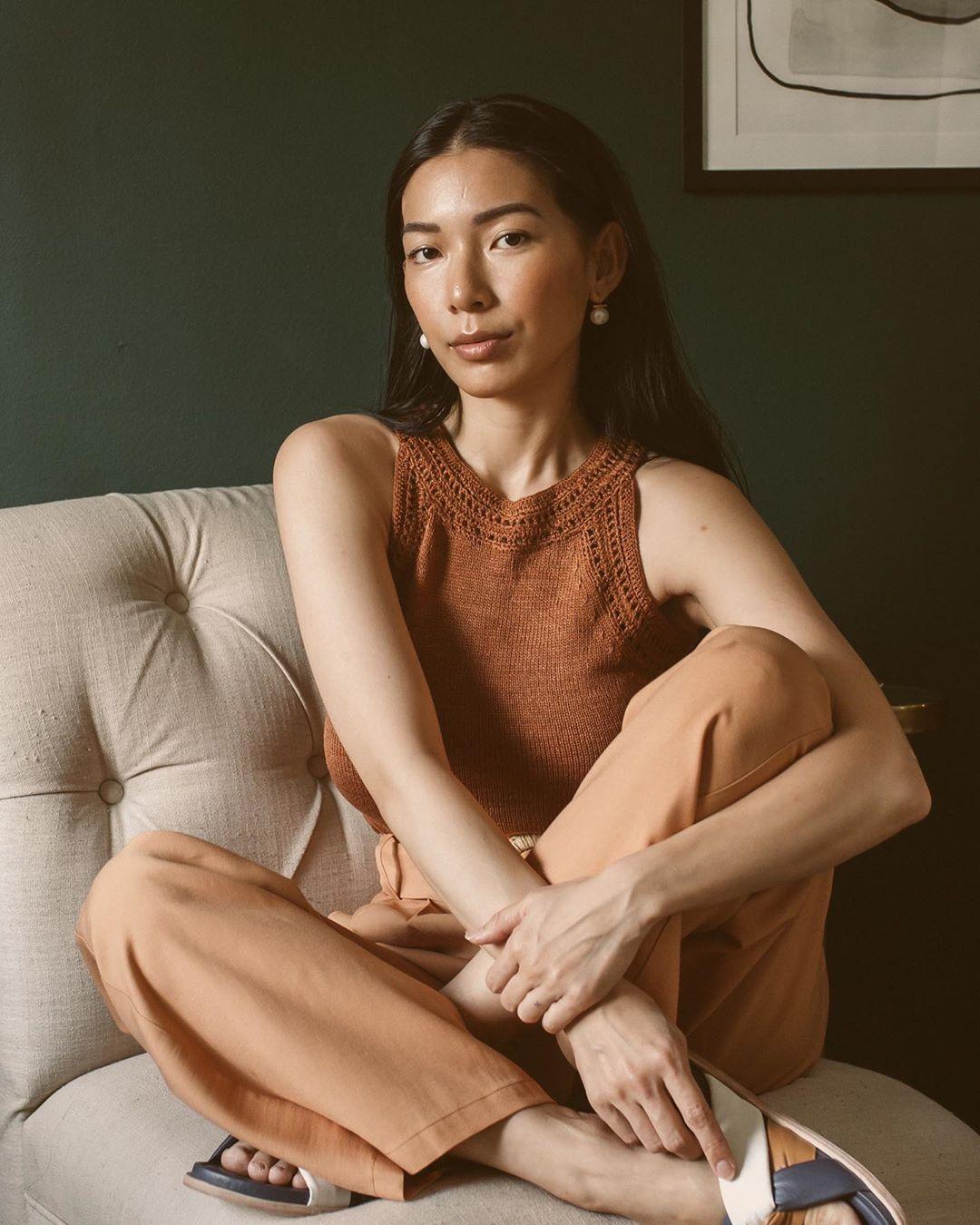 trang phục monochrome đơn sắc màu be án đan móc quần vải