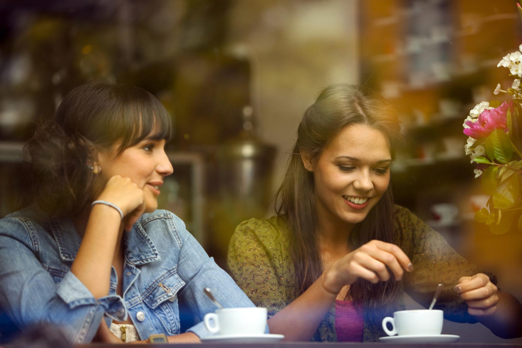 hai cô gái uống cà phê
