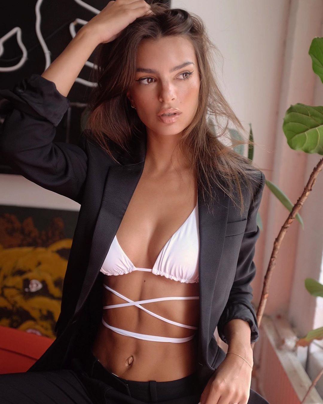 emily ratajkowski Mặc bộ suit đen với kiểu bikini đẹp buộc dây