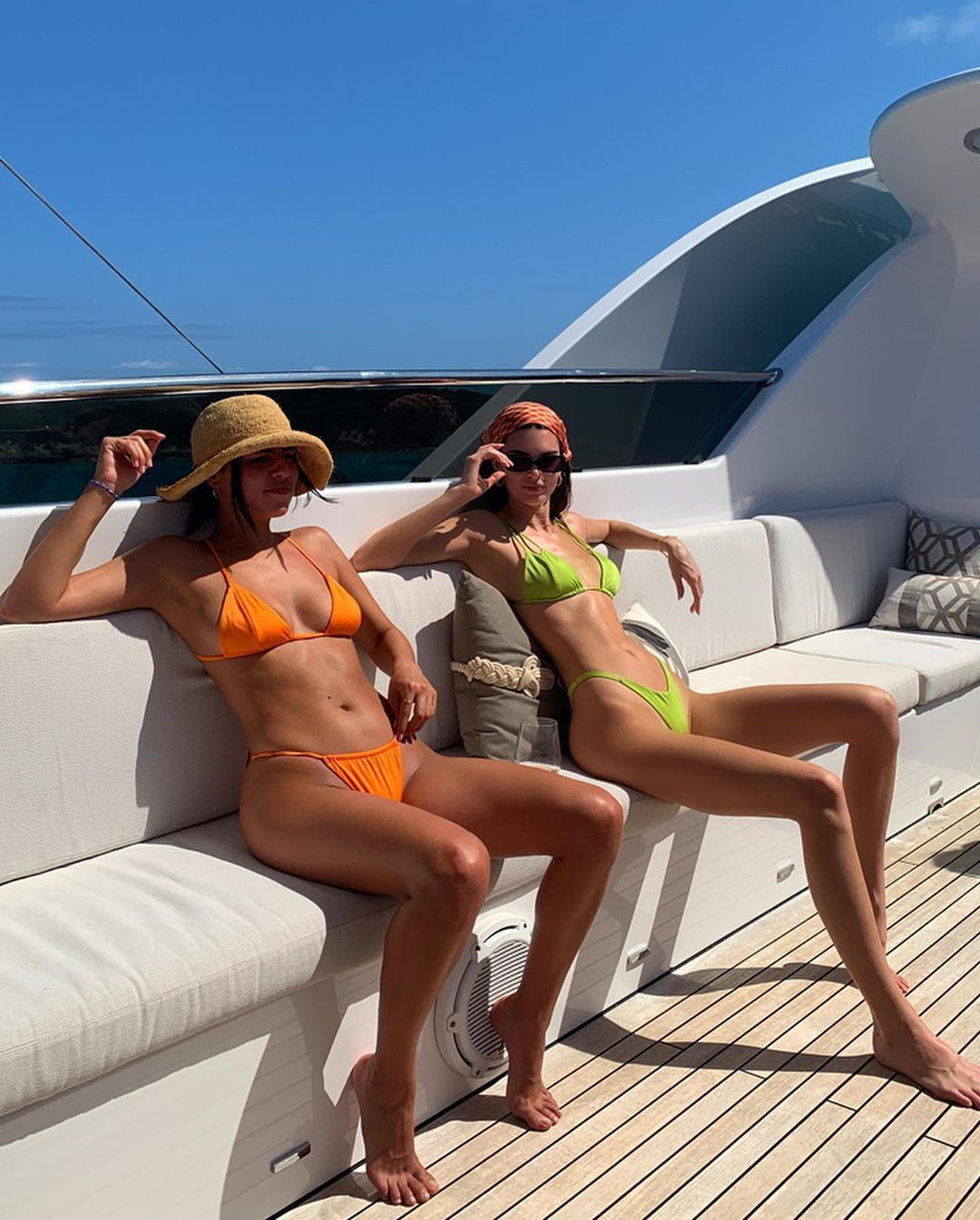 kiểu bikini đẹp nhún chun dây màu cam xanh lá kendall