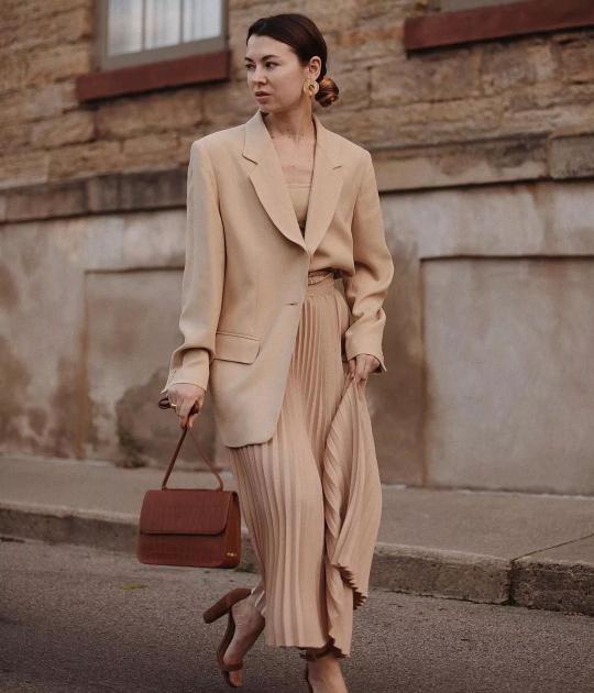 trang phục monochrome màu be áo blazer chân váy maxi xếp ly