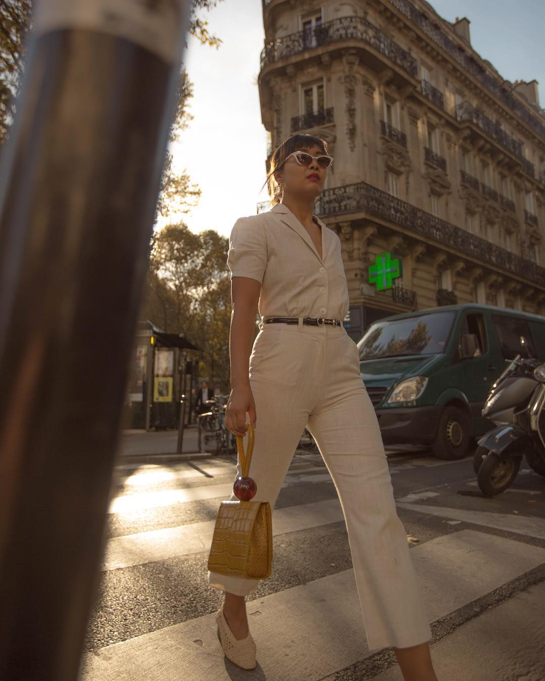 trang phục monochrome màu be thắt lưng đen túi xách vàng