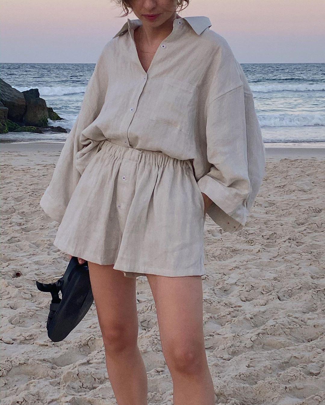 trang phục monochrome màu be quần shorts áo sơmi vải linen biển