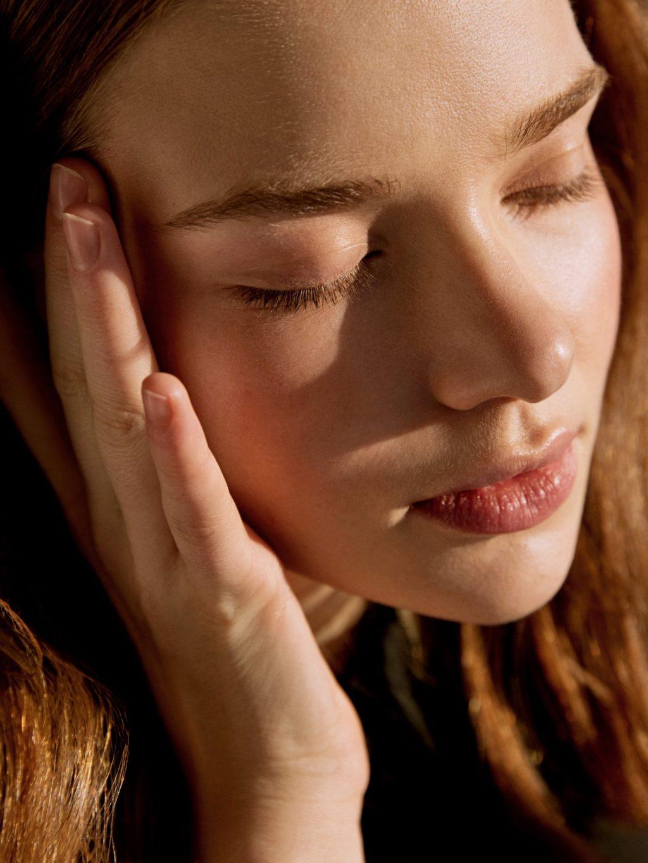 Nước ép-Cô gái áp tay vào mặt.