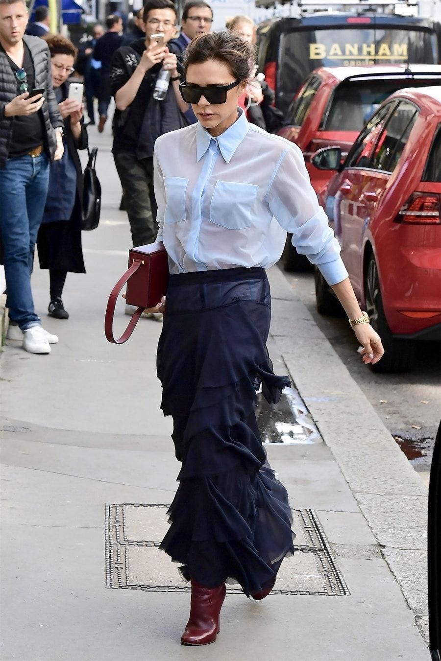 Mặc áo mỏng mùa Hè đẹp như Victoria Beckham