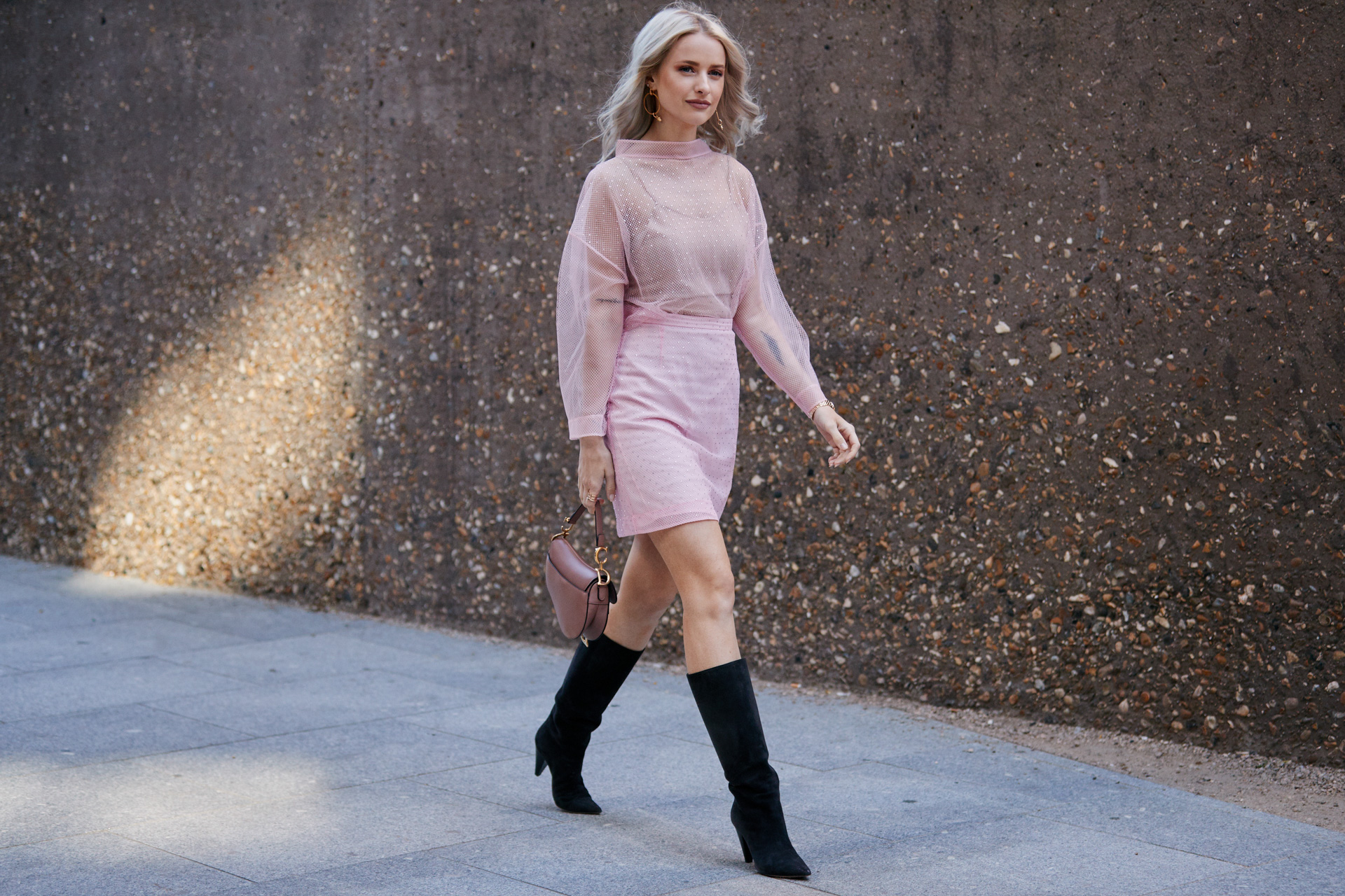 Street style mùa Hè với áo mỏng và chân váy màu pastel