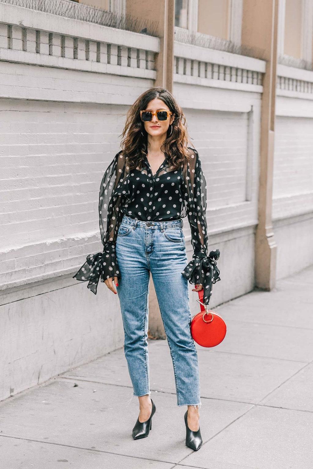 Mặc đẹp với áo voan mỏng chấm bi và quần jeans trong mùa Hè