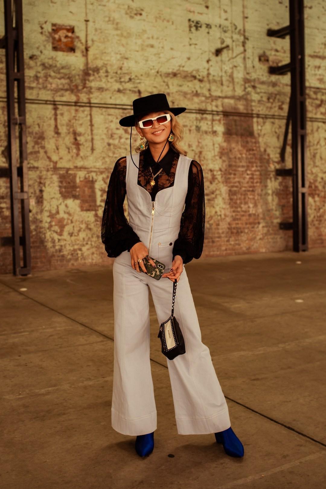 Mặc đẹp với áo mỏng và quần yếm ống rộng