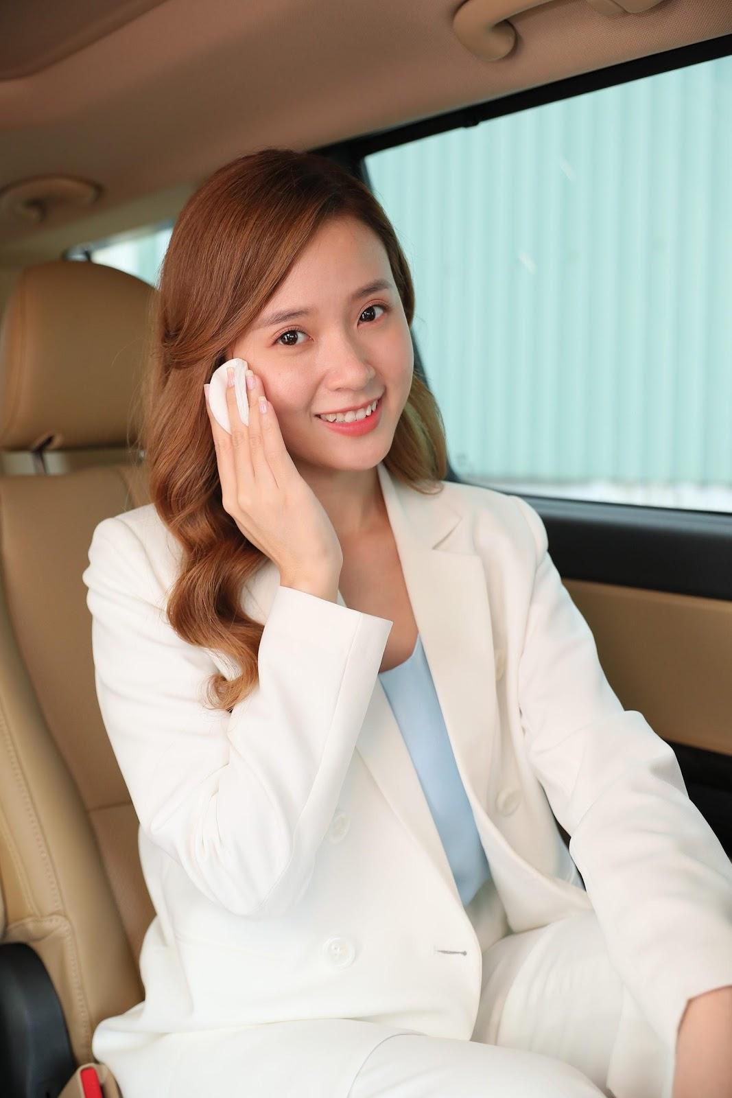 cô gái tóc nâu dài chăm sóc da trong thời tiết mùa hè trong xe